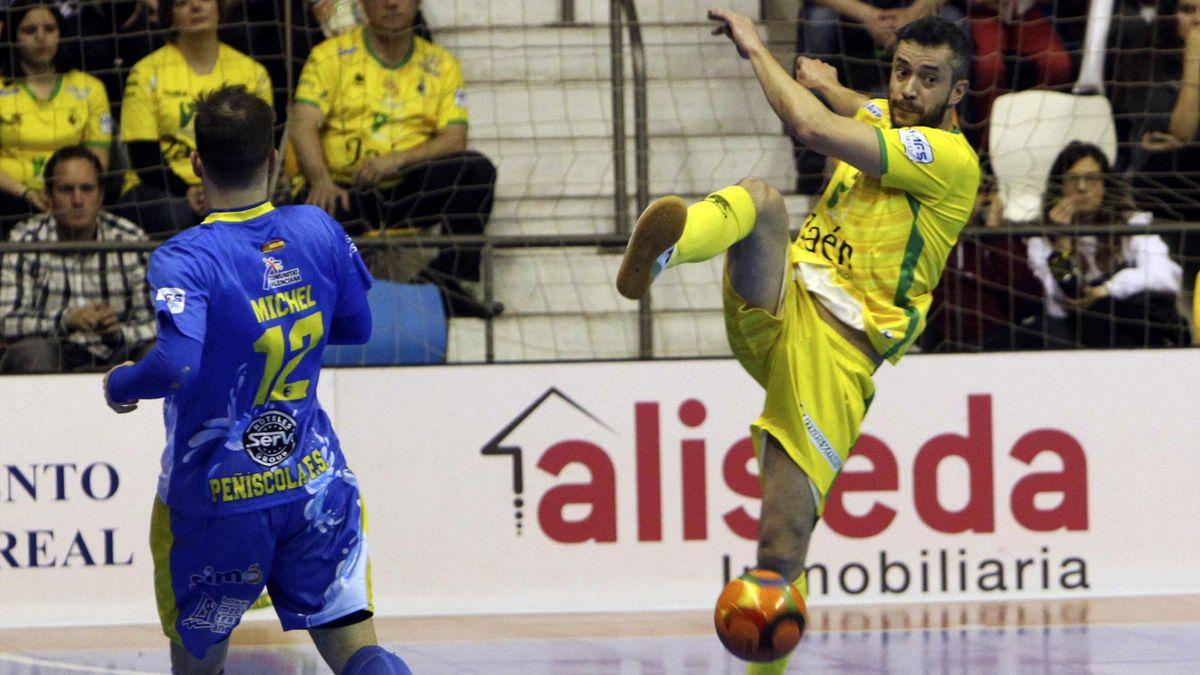 El ala del Peñíscola Rehabmedic Míchel ante un jugador del Jaén Paraíso Interior