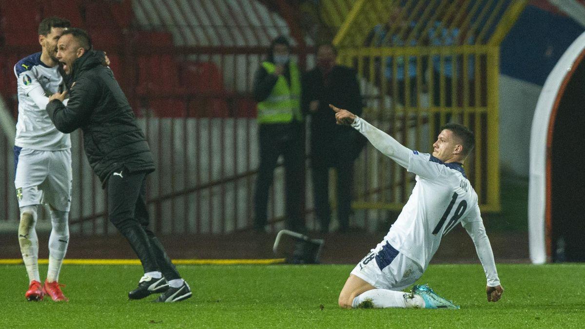 Jovic celebra su gol en el Serbia-Escocia