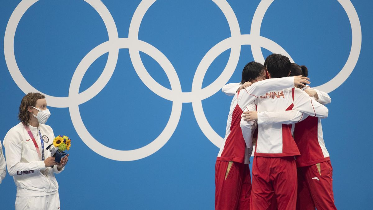 Katie Ledecky contemple le triomphe des Chinoises sur le podium du 4x200m nage libre.