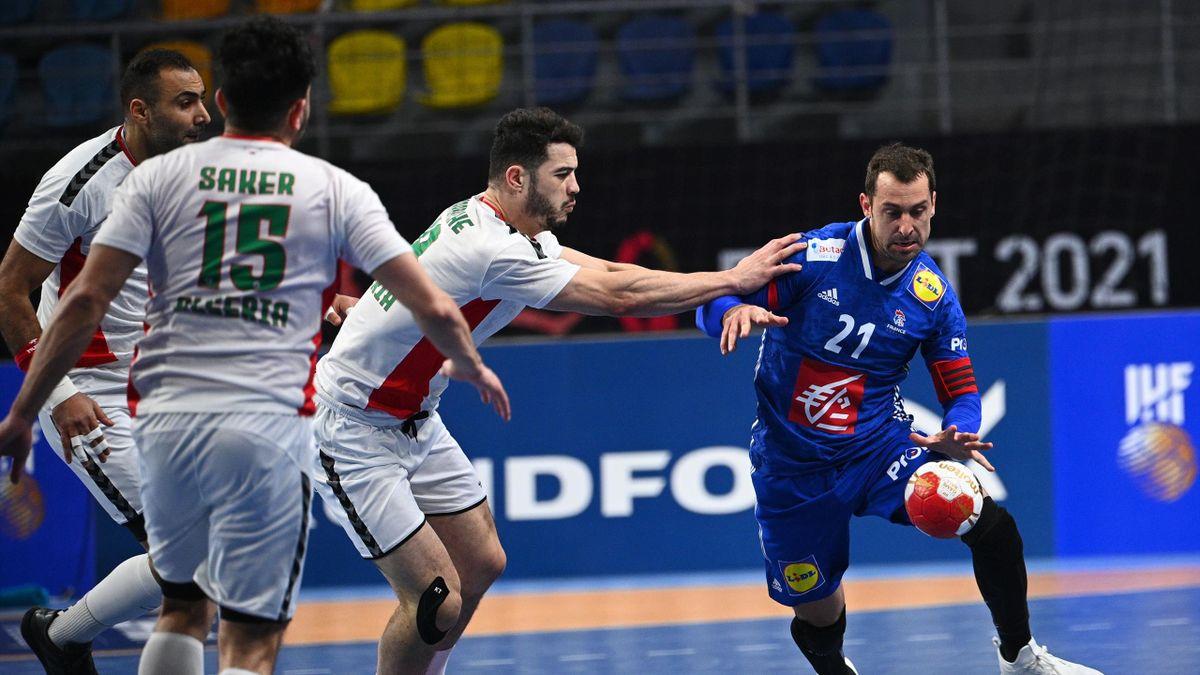 Michaël Guigou tente de s'extraire de la défense de l'Algérie lors du Mondial 2021