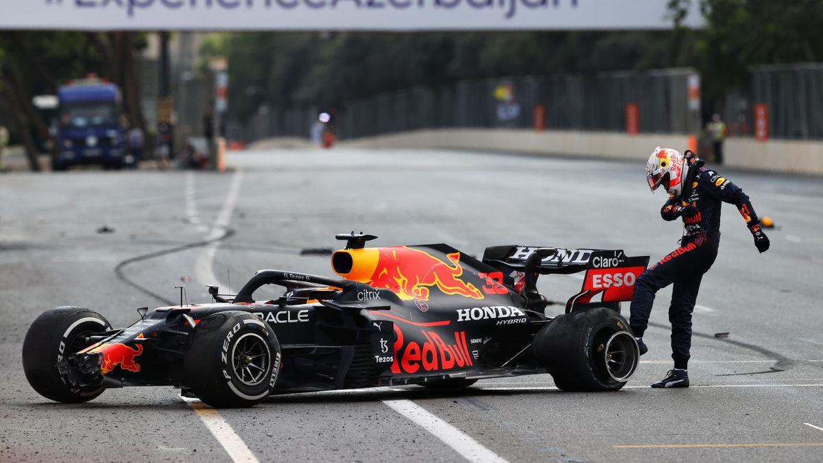 Max Verstappen tape le pneu crevé de sa Red Bull lors du GP d'Azerbaidjian à Bakou (2021)