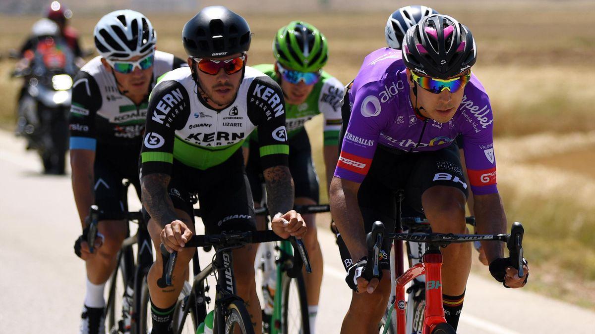 Pelotón con varios ciclistas españoles