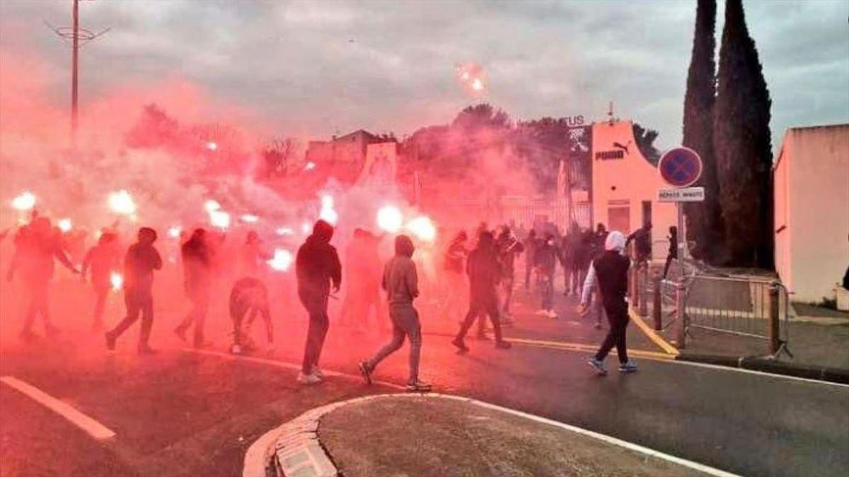Hunderte Fans von Olympique Marseille stürmen das Trainingsgelände (Screenshot: Infos Françaises)