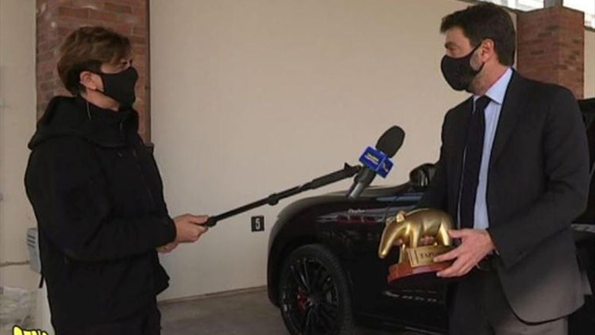 Andrea Agnelli riceve da Staffelli il Tapiro d'Oro, Twitter