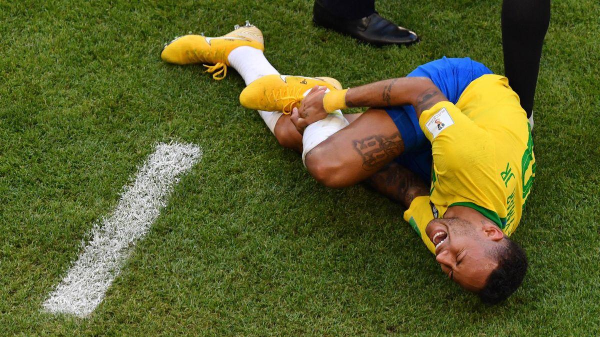 Neymar se tord de douleur face au Mexique