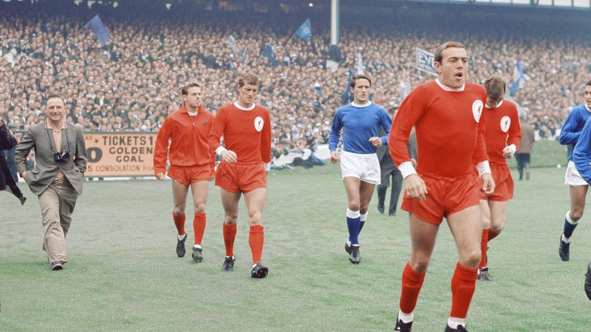 Ian St John, primul din dreapta, în Supercupa Angliei 1966