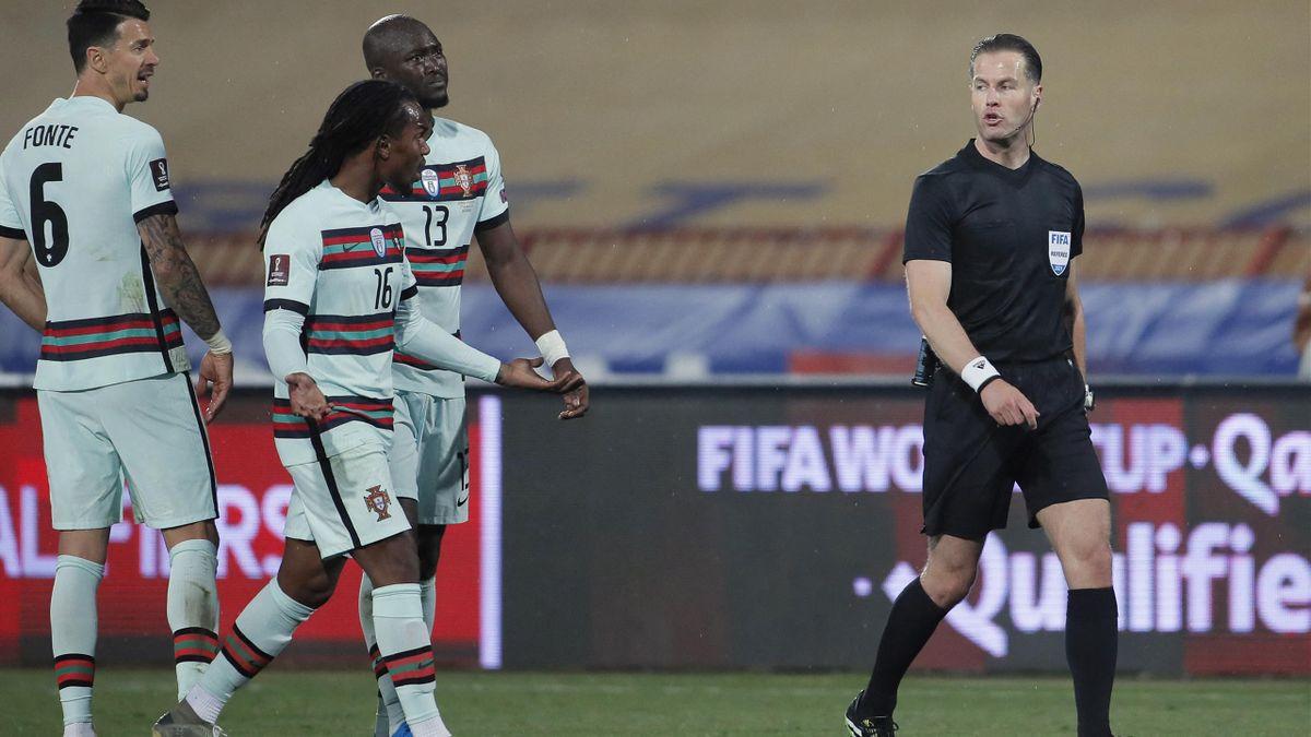 L'arbitro Makkelie durante Serbia-Portogallo, qualificazione al Mondiale 2022