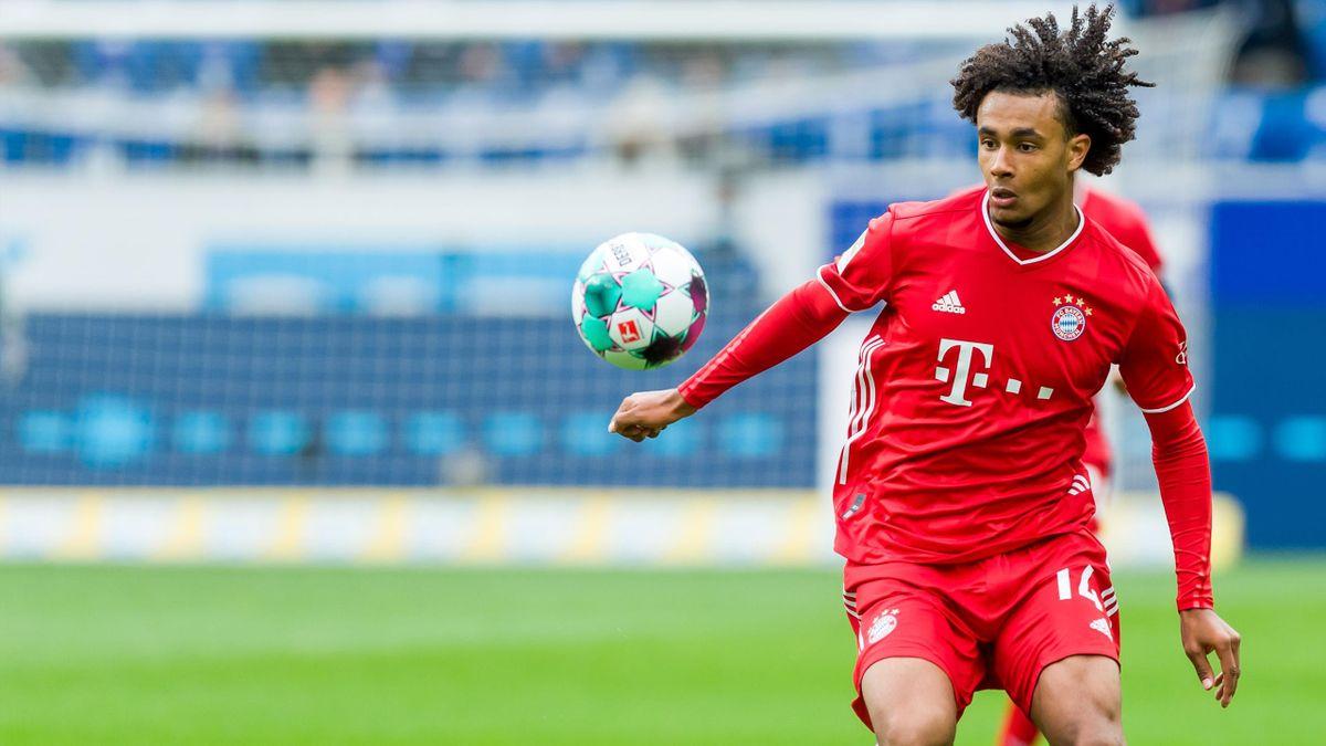 Joshua Zirkzee vom FC Bayern München am Ball