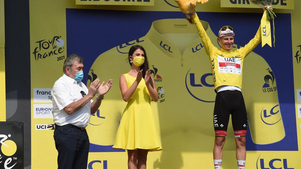 Tadej Pogacar accompagné par Eddy Merckx sur le podium à Libourne.
