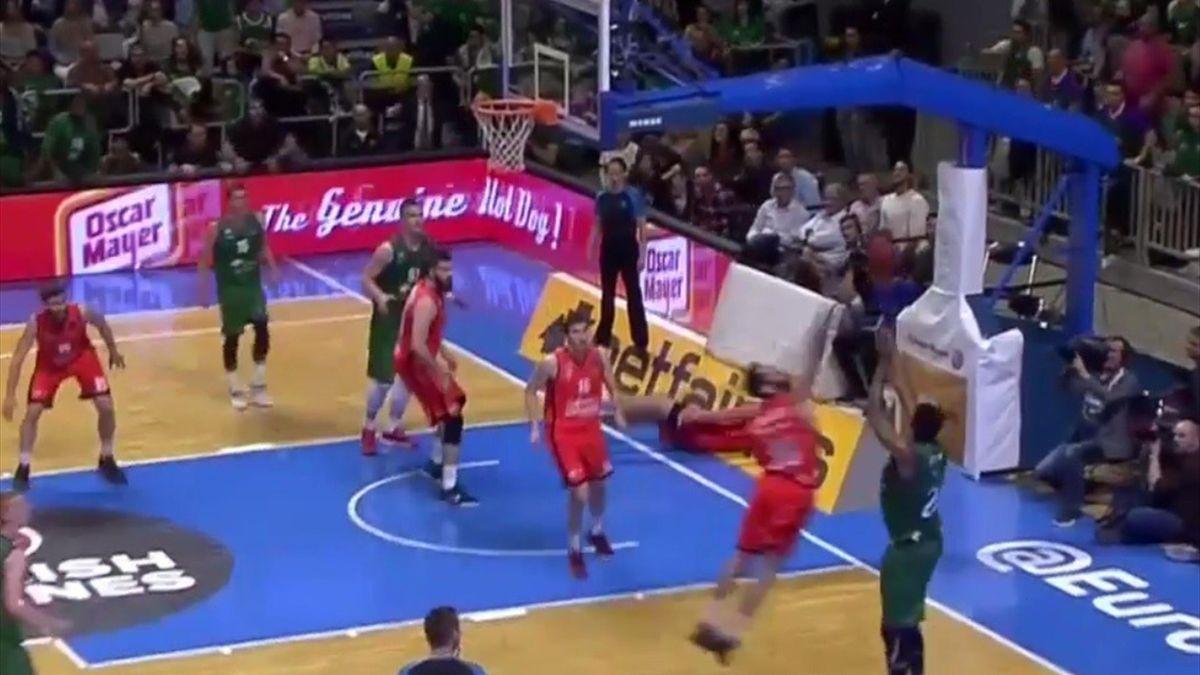Triple de Brook (Unicaja) para llegar al descanso ante Valencia Basket