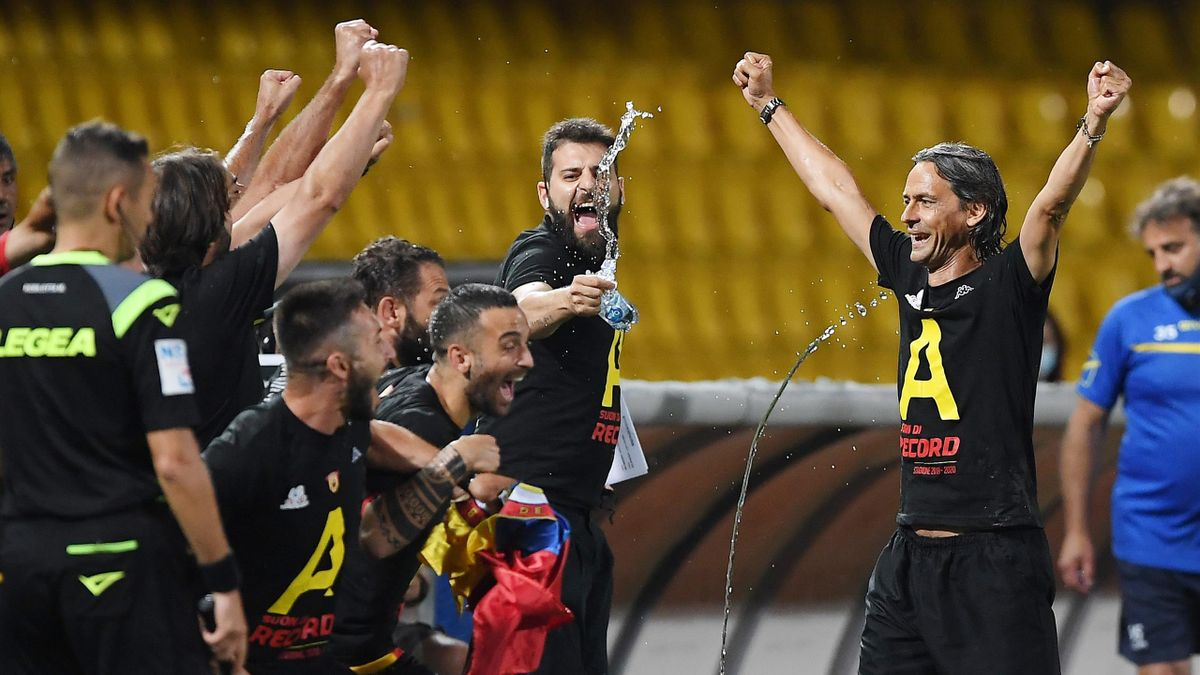 Filippo Inzaghi festeggia la promozione in Serie A con il Benevento
