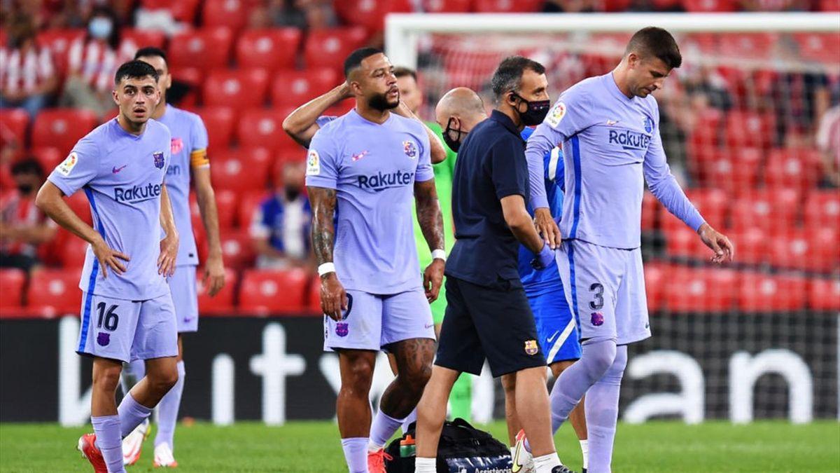 Piqué abandona lesionado el partido ante el Athletic.