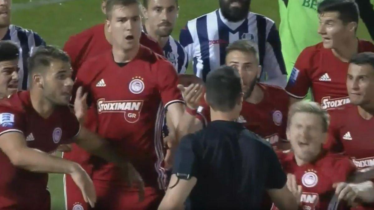 Экс-игрок «Челси» Марко Марин свалился на газон от малейшего толчка. А толкнул его арбитр