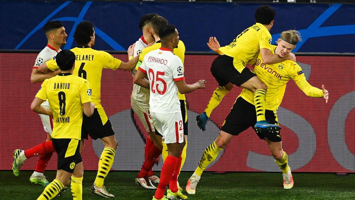 Erling Haaland (r.) jubelt und wird dabei von Lucas Ocampos (4.v.l.) umgestoßen - Borussia Dortmund vs. FC Sevilla