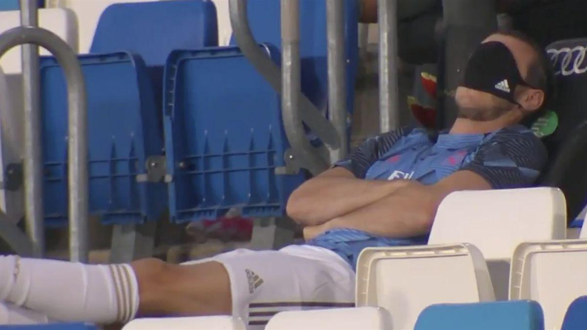 Gareth Bale (Real Madrid) simule une sieste sur le banc.