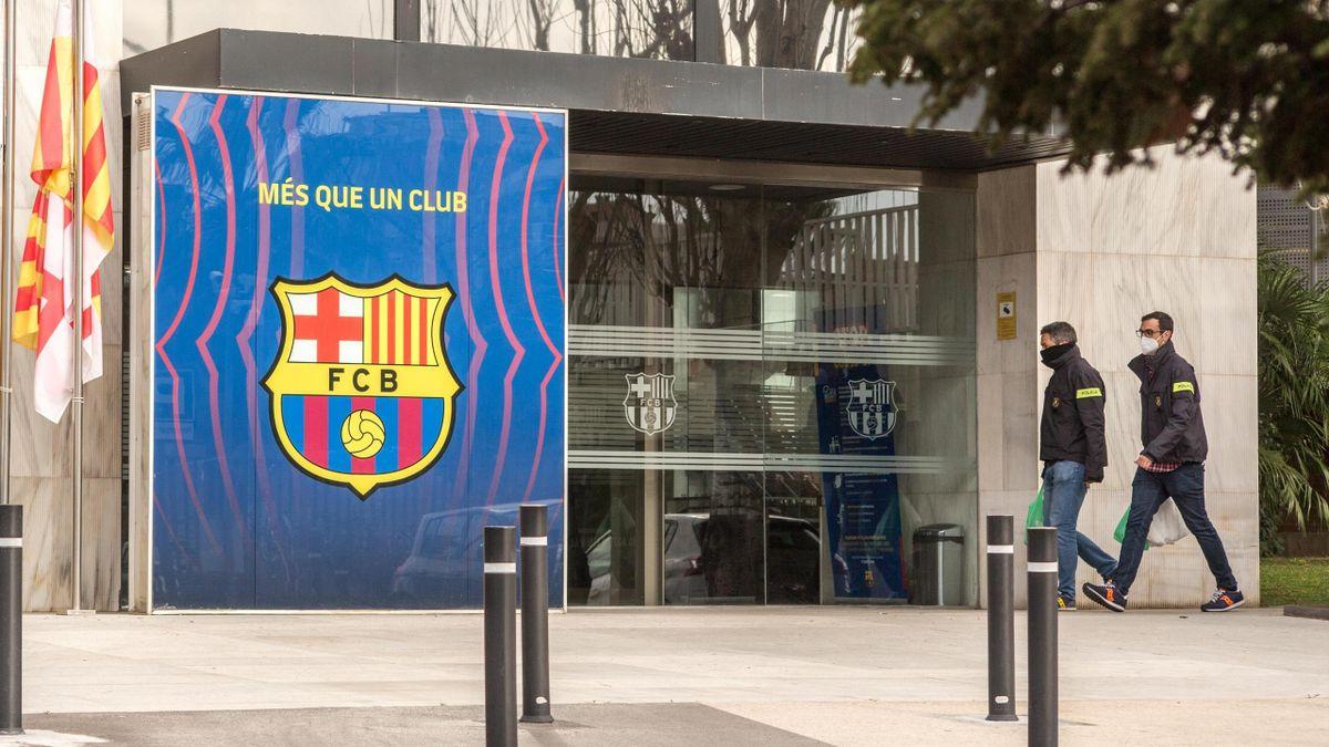 Dos agentes de los Mossos d'Esquadra entran en las oficinas del Barcelona en el Camp Nou