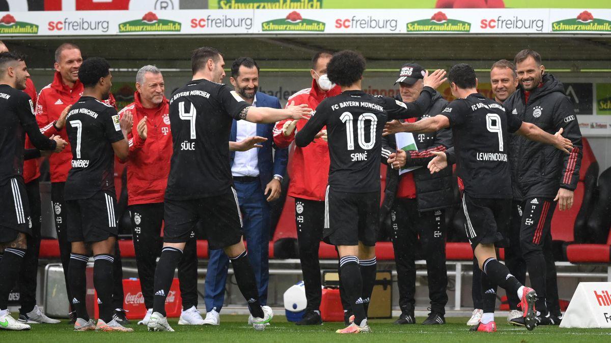L'omaggio dei giocatori del Bayern a Robert Lewandowski