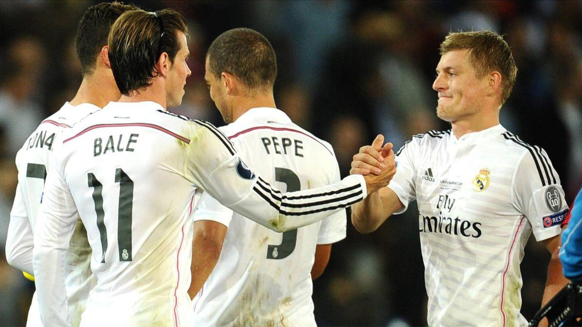 Toni Kroos (r.) als Dirigent im Konzert der Großen mit Cristiano Ronaldo und Gareth Bale