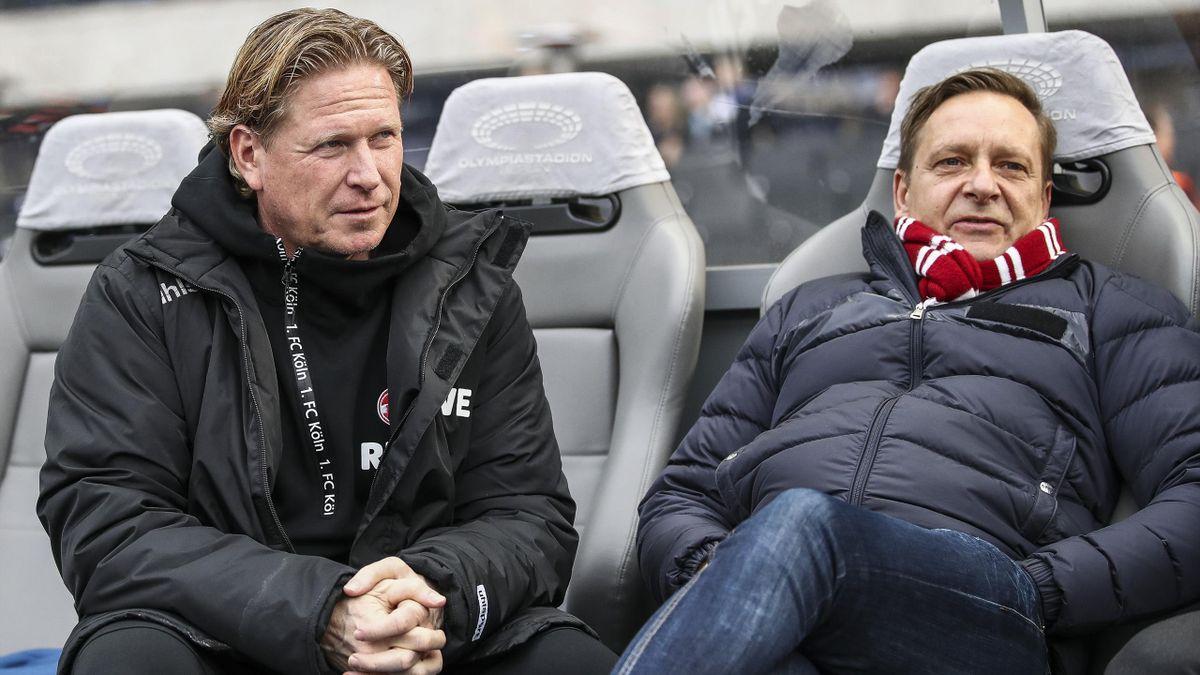 Köln Sport-Geschäftsführer Horst Heldt (rechts) hält weiterhin an Trainer Markus Gisdol fest