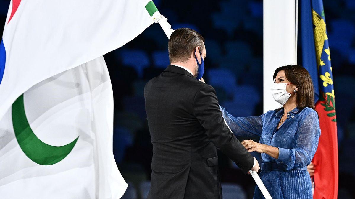 La maire de Paris Anne Hidalgo a reçu le drapeau paralympique des mains du président du comité international paralympique (CIP) Andrew Parsons lors de la cérémonie de clôture des Jeux dimanche à Tokyo.