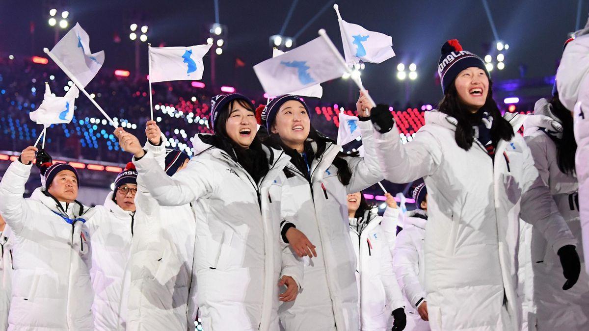 C'était un des moments les plus attendus de cette cérémonie : les deux Corées, réunis sous un drapeau commun, ont défilé ensemble lors de la parade des athlètes.