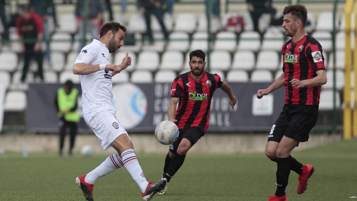 Serie C Girone A 2018-2019 - Pro Vercelli-Lucchese: da sinistra Gianmario Comi (Pro Vercelli) contrastato da Mattia Gabbia (Lucchese) (LaPresse)