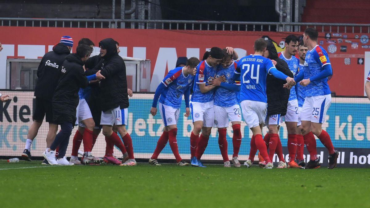 Holstein Kiel jubelt über den Sieg gegen Jahn Regensburg