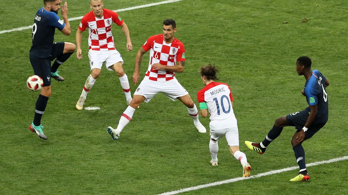 La frappe de Paul Pogba pour le but du 3-1 lors de la finale France - Croatie