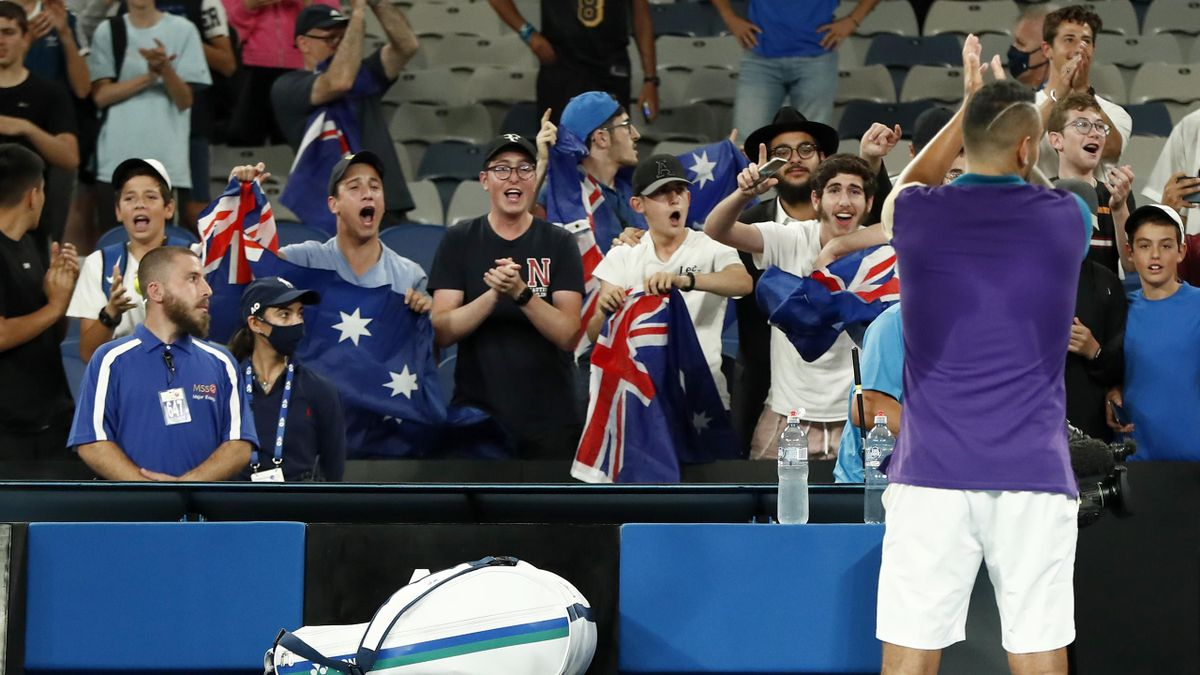 Nick Kyrgios célèbre sa victoire contre Ugo Humbert avec son public.