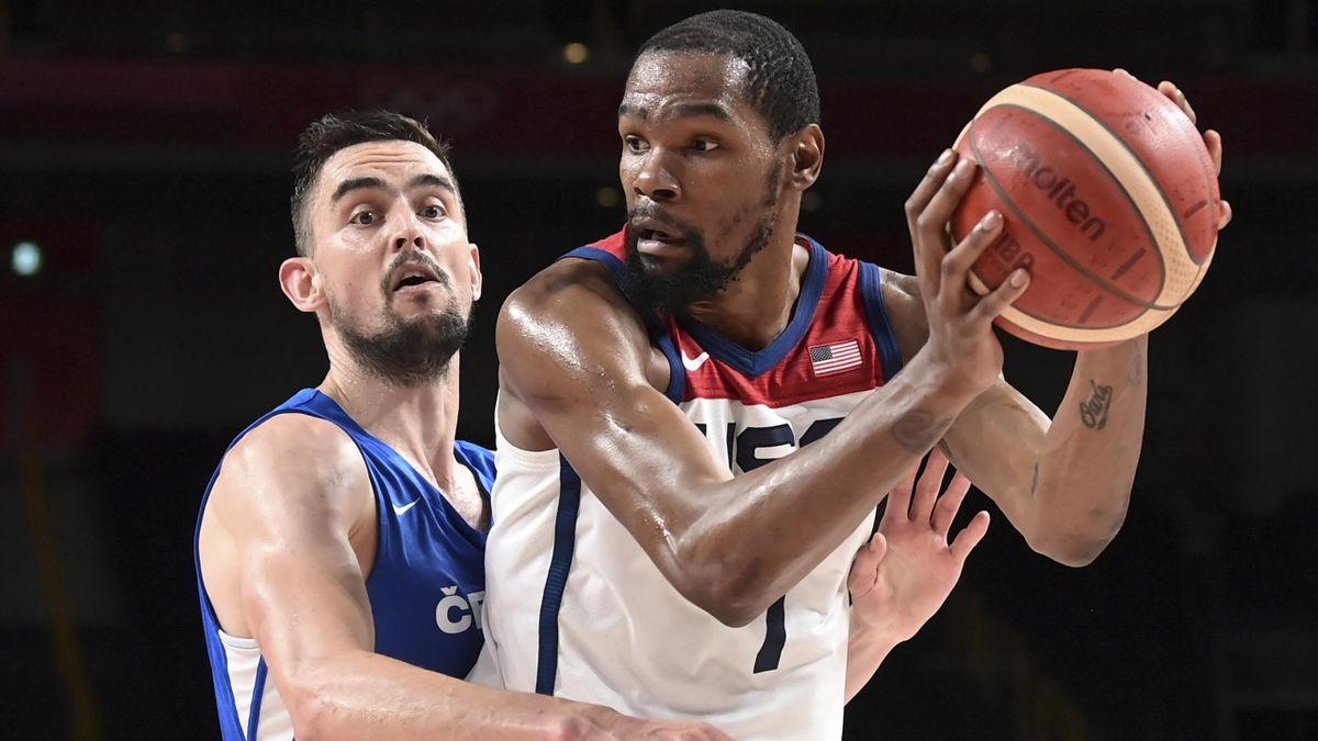 Kevin Durant (rechts) und die USA gewinnen gegen Tschechien.