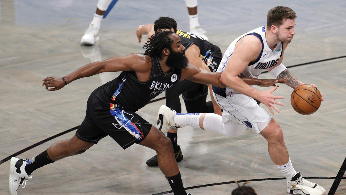 Luka Doncic (Dallas Mavericks) supera la defensa de James Harden (Brooklyn Nets)