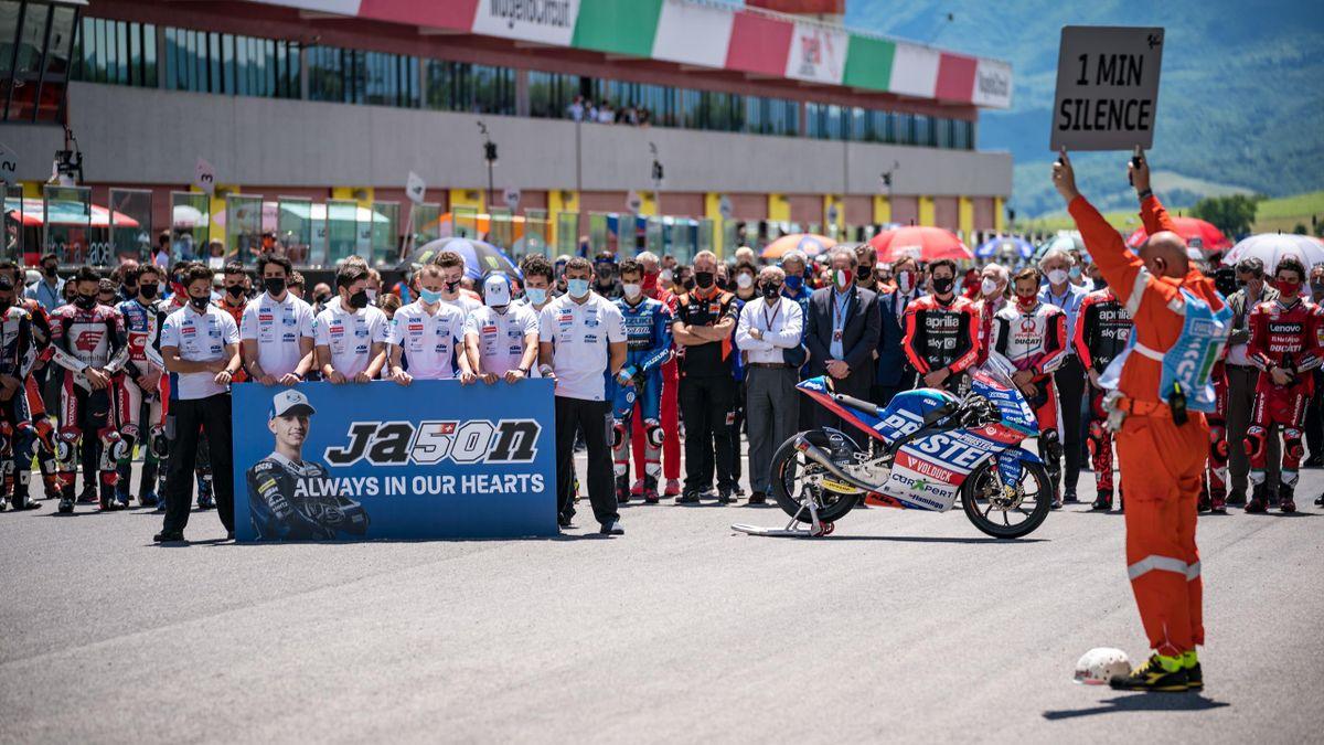 Il minuto di silenzio dedicato a Jason Dupasquier prima del via della gara della MotoGP