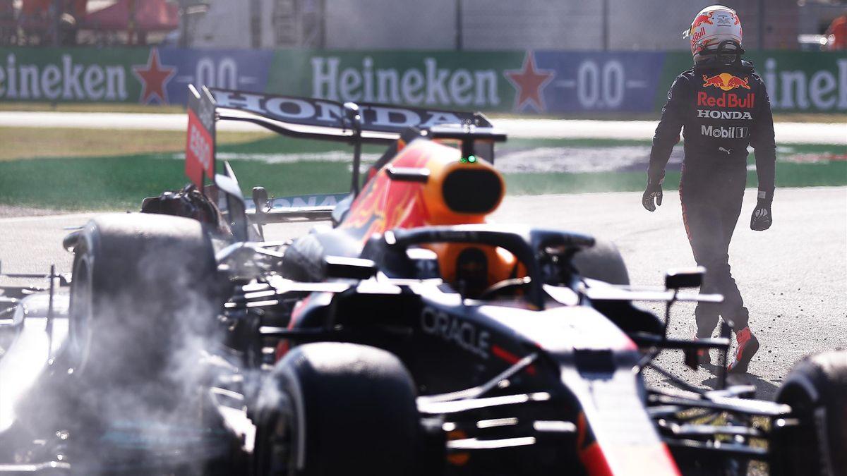 Forcément frustré après le crash avec Hamilton lors du Grand Prix d'Italie, Max Verstappen a regagné les stands sans un mot pour son adversaire