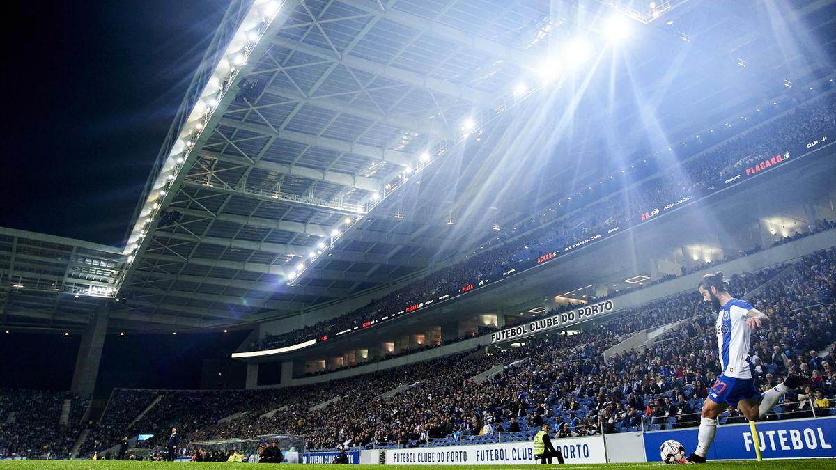 Sergio Oliveira s'apprête à tirer un corner lors d'un match opposant le FC Porto à Portimonense, le 23 février 2020