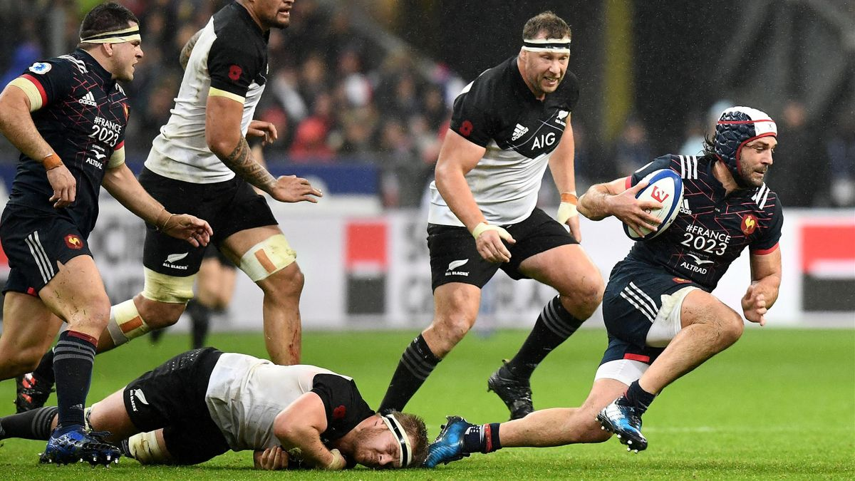 France's flanker Kevin Gourdon (R) runs with a ball during the international Test match between France and New Zealand All Blacks at the Stade de France Stadium, in Saint-Denis, on the outskirts of Paris, on November 11, 2017.