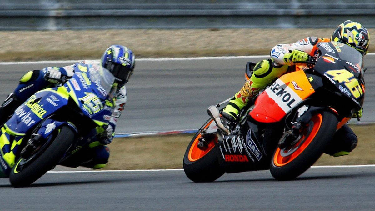 Toen alles nog goed leek te gaan: Rossi leidt voor Gibernau