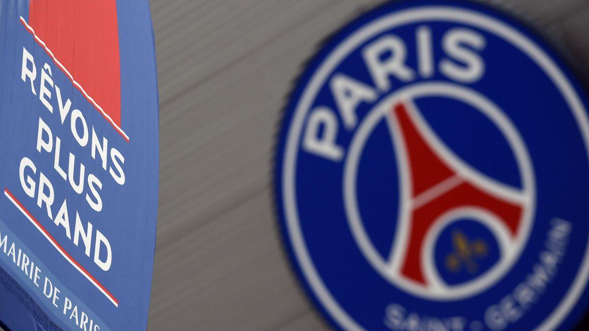 """Le logo du PSG avec son slogan : """"Révons plus grand"""""""
