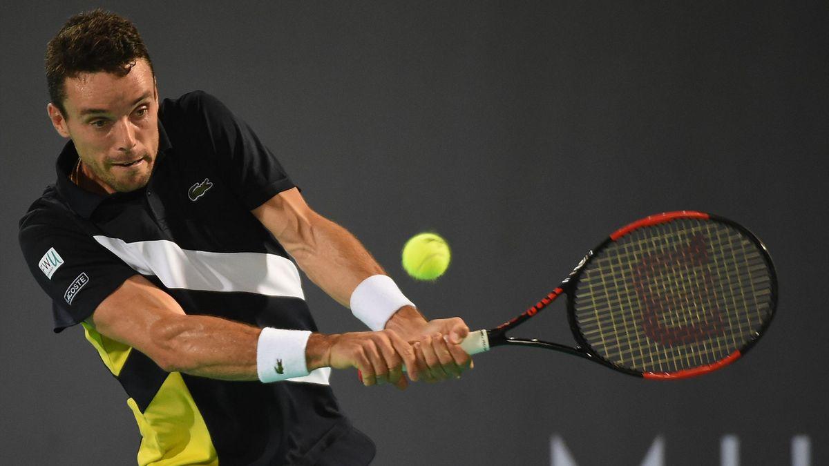 Roberto Bautista realiza un revés en el torneo de exhibición de Abu Dabi