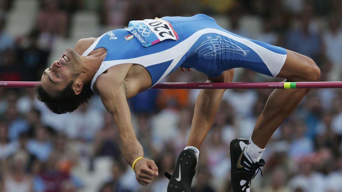 Alessandro Talotti durante un salto alle Olimpiadi di Atene 2004