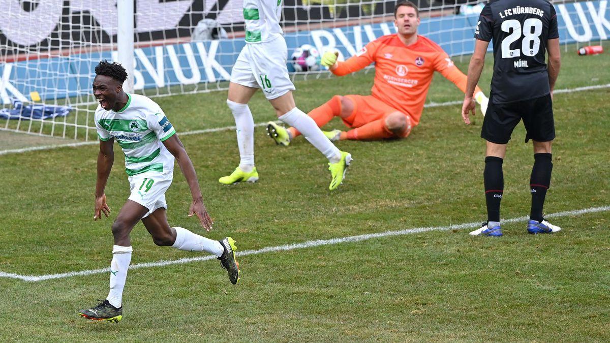 Dickson Abiama (SpVgg Greuther Fürth) bejubelt seinen Last-Minute-Treffer gegen den 1. FC Nürnberg