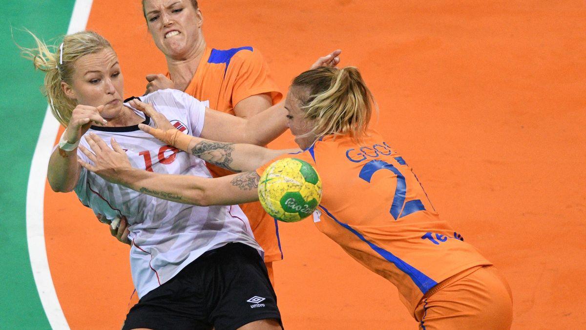 Norges Stine Bredal Oftedal i duell med Nederlands Nycke Groot og Michelle Goos i bronsefinalen i Rio-OL i 2016