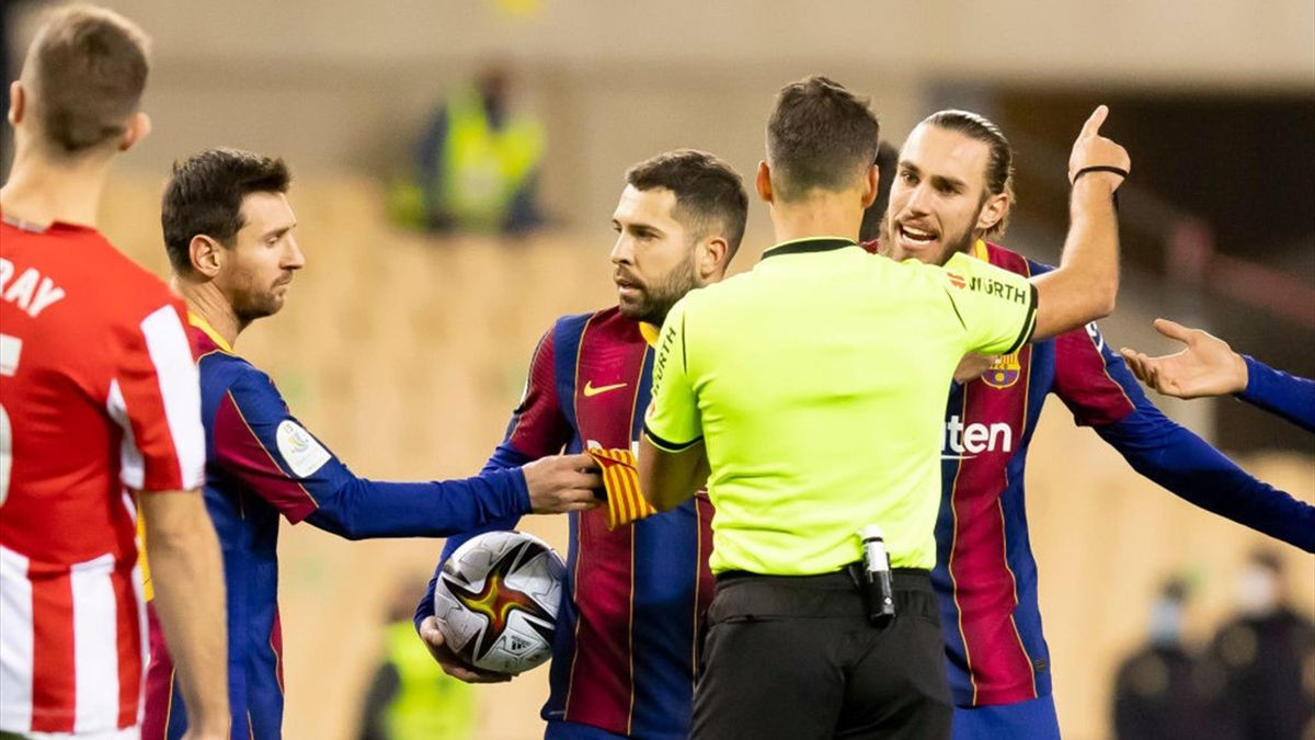 Messi che lascia la fascia di capitano ad Alba dopo essere stato espulso da Gil Manzano - Barcellona-Athletic - Supercoppa di Spagna 2020/2021 - Getty Images