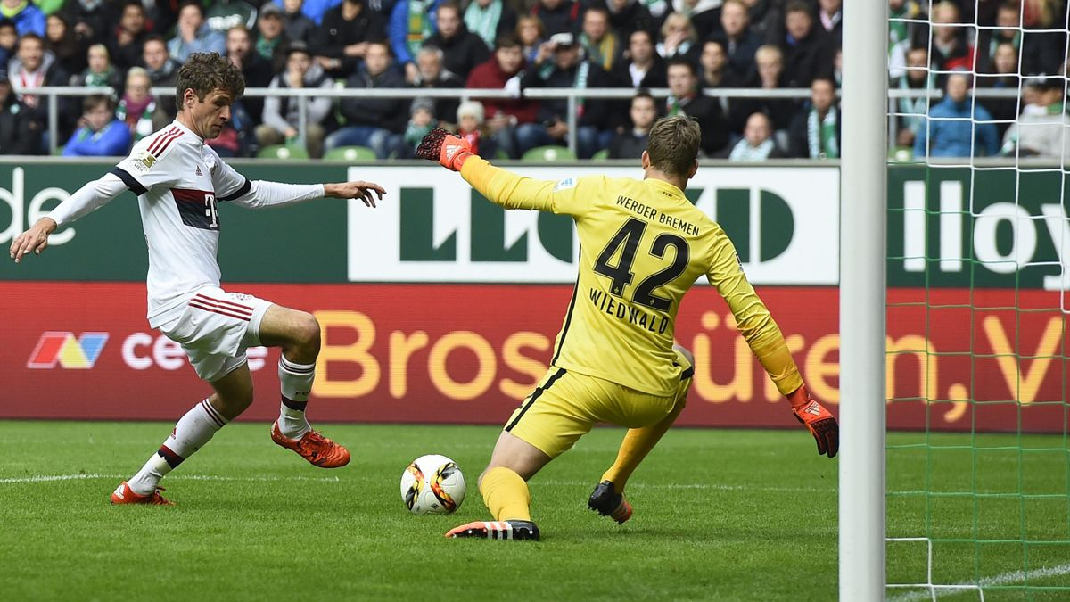 Thomas Müller scores for Bayern Munich at Werder Bremen