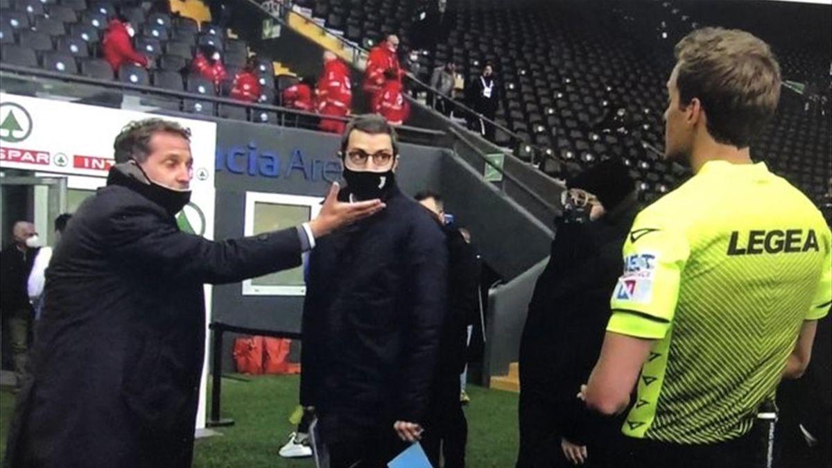 Fabio Paratici protesta con l'arbitro Chiffi alla fine del primo tempo di Udinese-Juventus