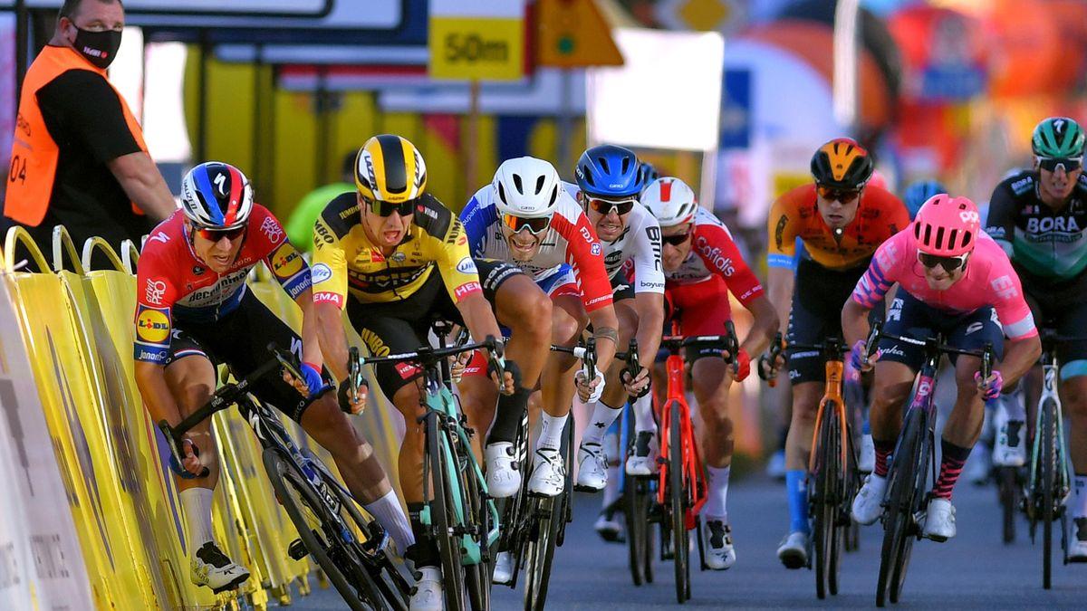 Dylan Groenewegen écarte Fabio Jakobsen lors de l'arrivée de la 1ere étape du Tour de Pologne.