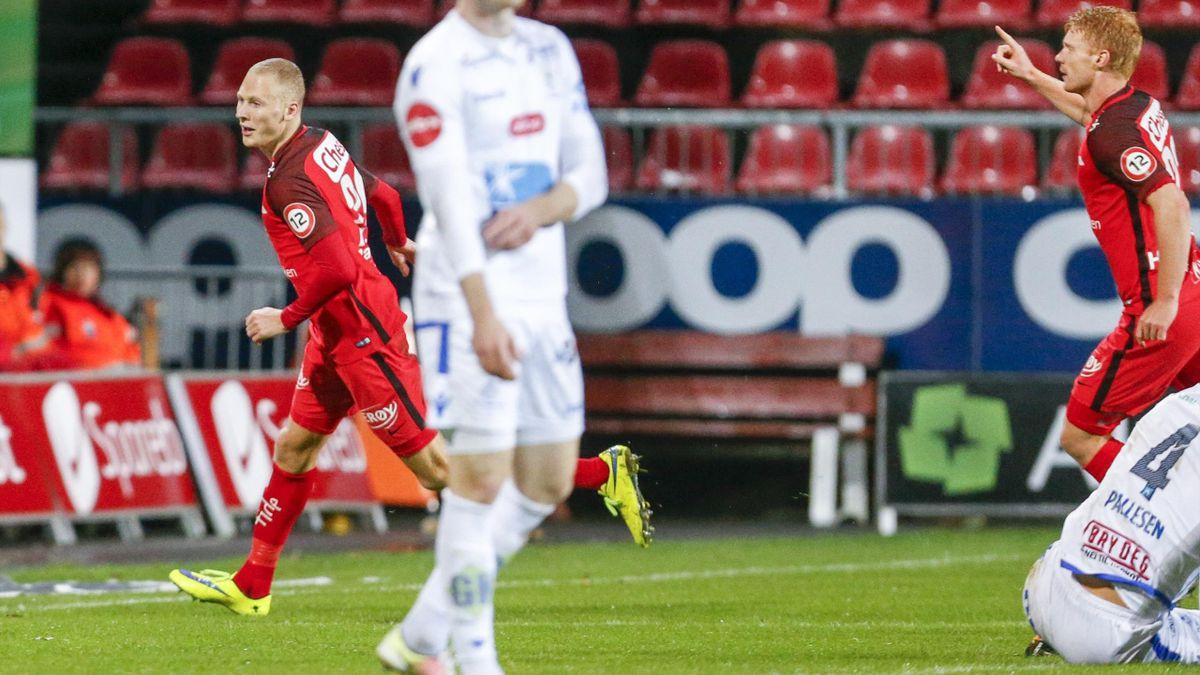 Branns Kristoffer Barmen (t.v) jubler etter 1-1 målet i eliteseriekampen i fotball mellom FK Haugesund og Brann på Haugesund stadion. Haugesunds Kristoffer Haraldseid fortviler