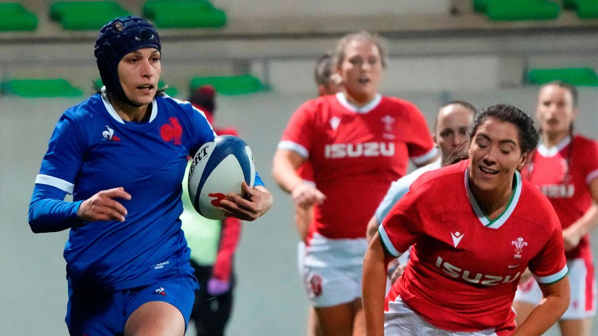 Frances winger Caroline Boujard runs to score a try during the VI Nations rugby union women match France vs Wales at La Rabine stadium in Vannes, western France on April 3, 2021