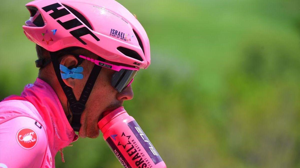 Alessandro De Marchi tutto in rosa dopo aver indossato la maglia rosa - Giro d'Italia 2021