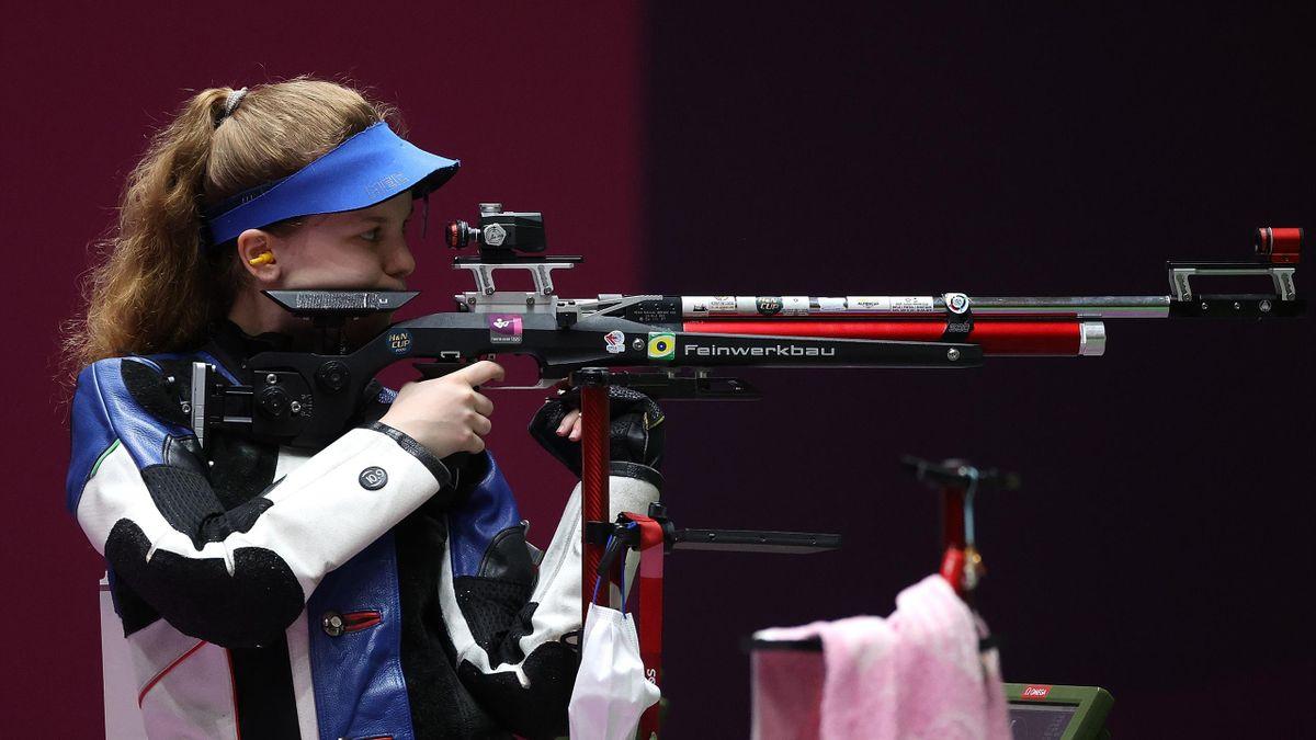 La Française Océanne Muller durant les entraînements de l'épreuvce de carabine à 10m des JO de Tokyo, le 23 juillet 2020