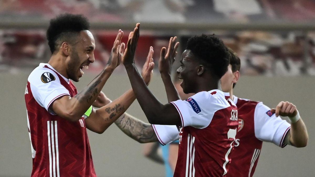 Arsenal's Gabonese striker Pierre-Emerick Aubameyang (L) celebrates with teammates